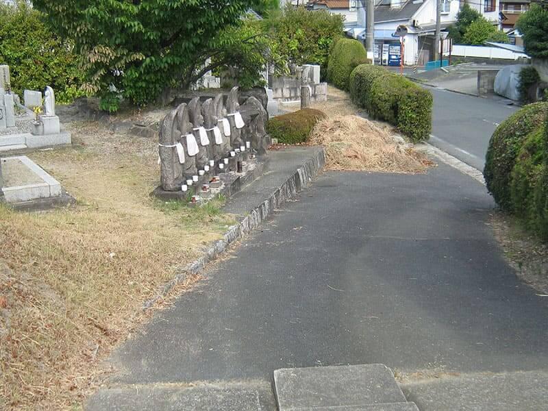 七条町南山墓地の坂道と六地蔵