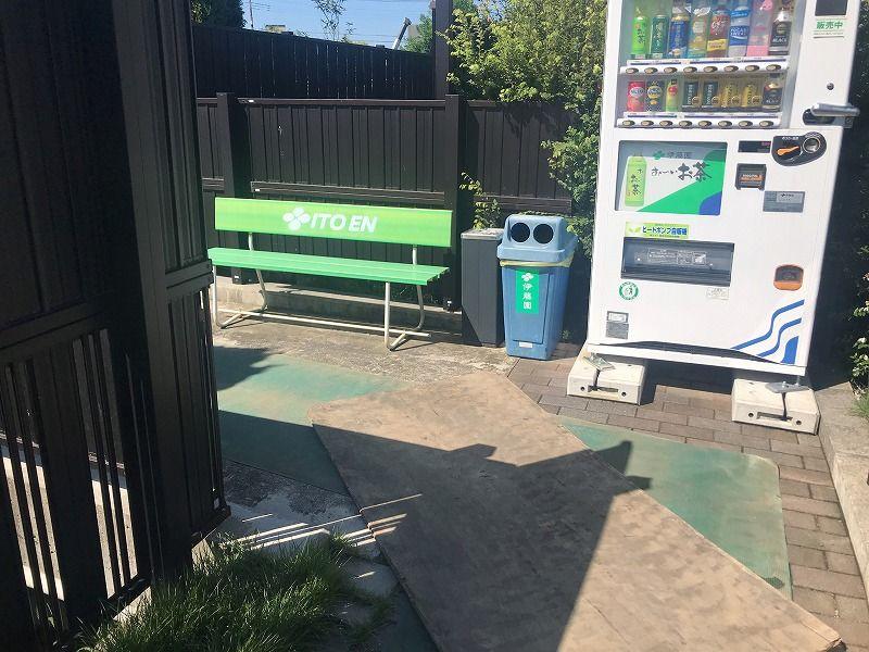 メモリアルパーク川口山王 休憩スペースのベンチと自動販売機