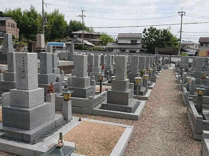 発志院墓地のお墓と通路