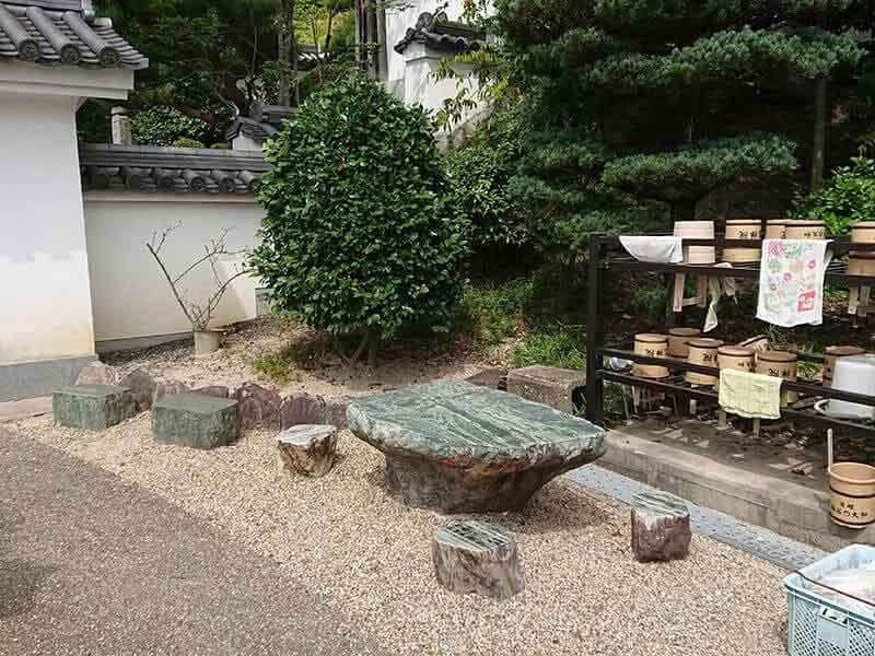 発志院墓地の水汲み場と休憩所