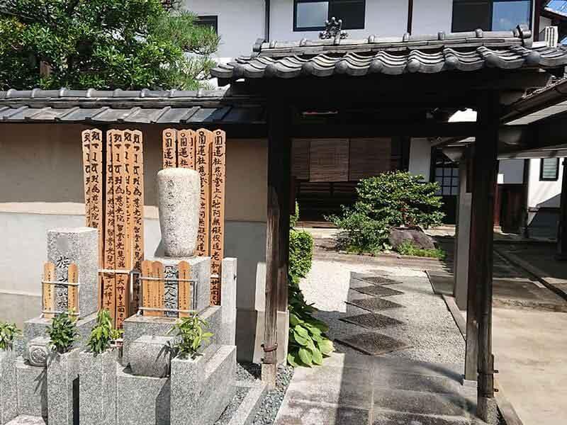 専徳寺本堂入り口