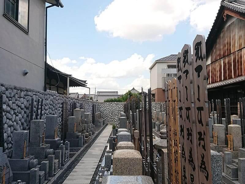 専徳寺のお墓と通路