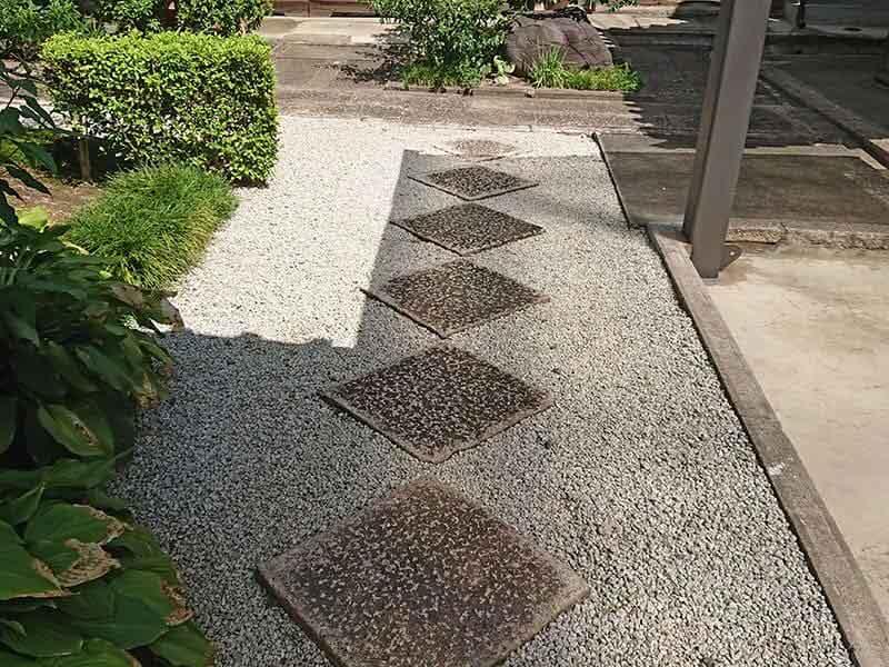 専徳寺の砂利道