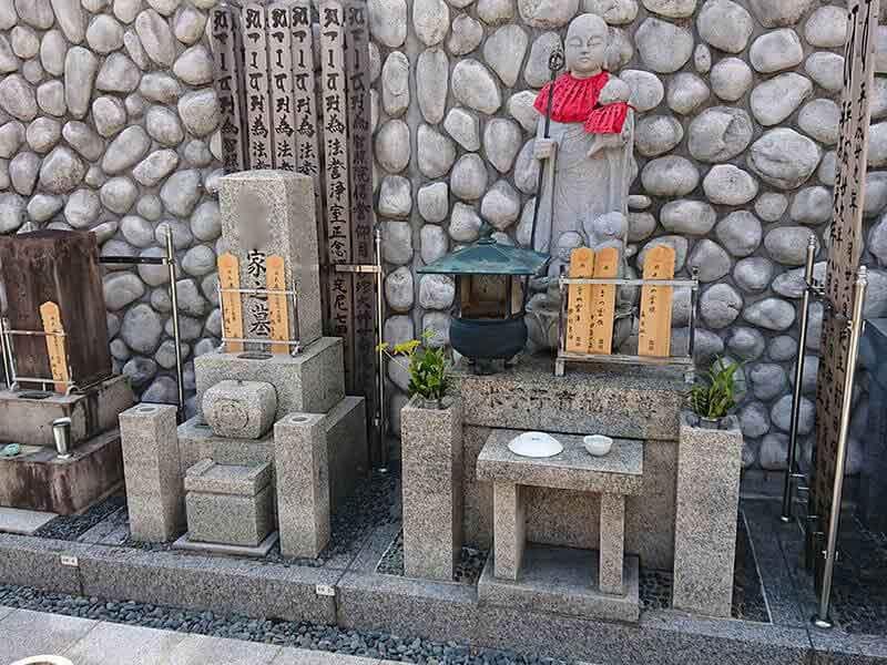 専徳寺の水子供養塔