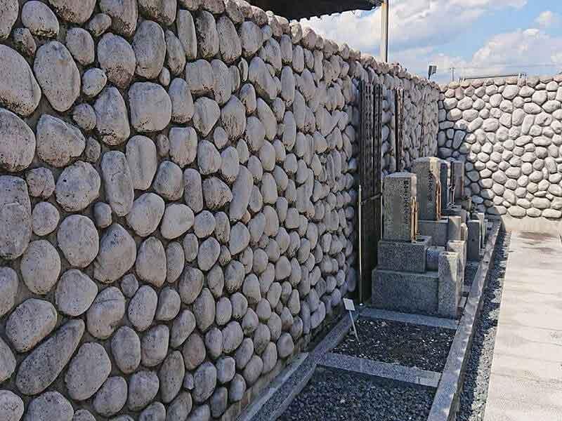 専徳寺の空き区画と石の壁