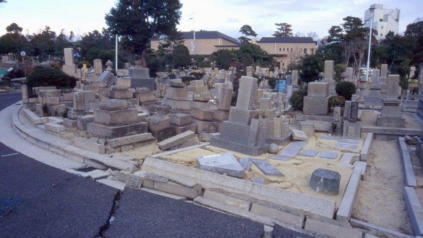 地震により倒壊するお墓