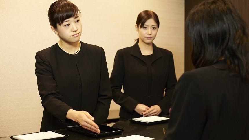 葬儀受付の女性