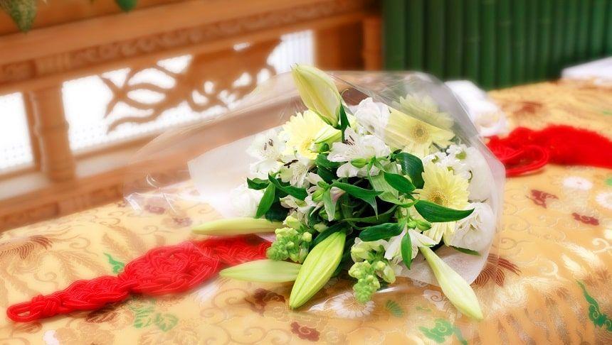 棺の上に置かれている白百合の花束