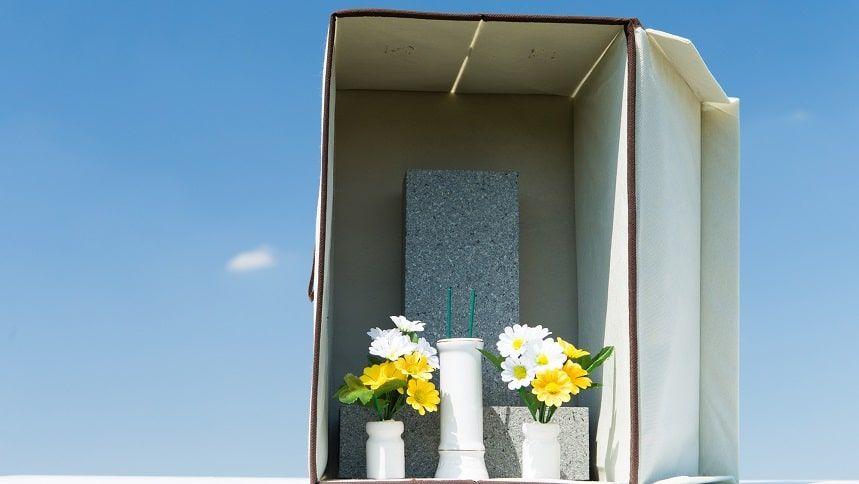 白い箱に収納されているお墓