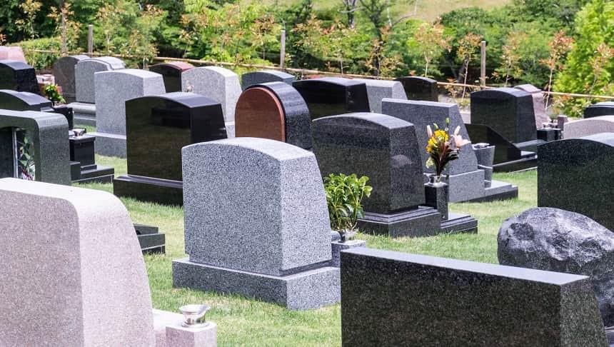 カラフルな洋型墓石が並ぶ霊園