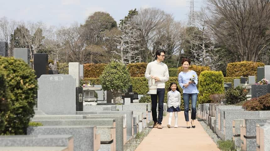 親子3人で霊園を歩いている様子