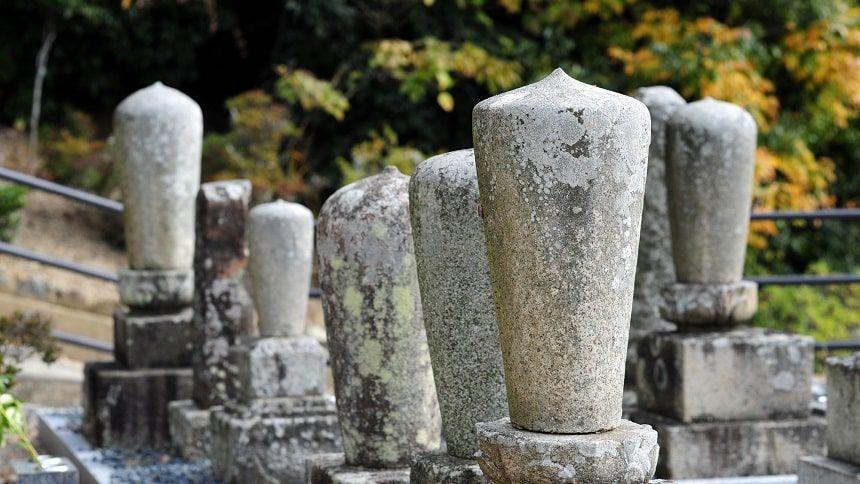 並んでいる古い墓石