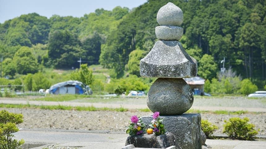 花が供えられている五輪塔