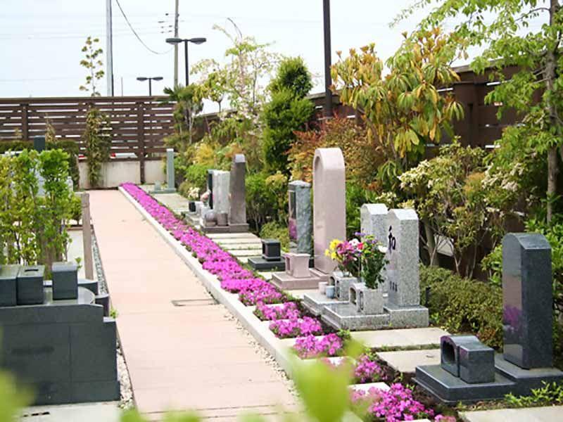 鴻巣霊園 墓石の前に配置された花