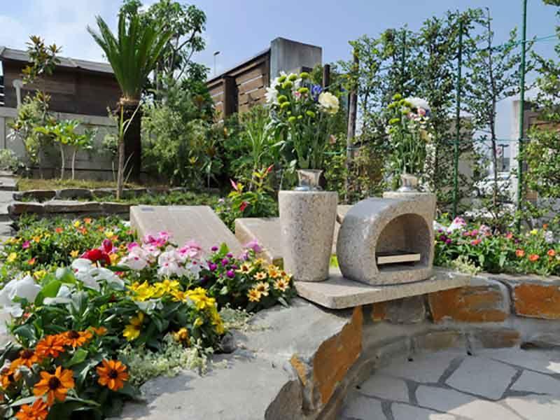 鴻巣霊園 たくさんの花が咲きほこる花壇