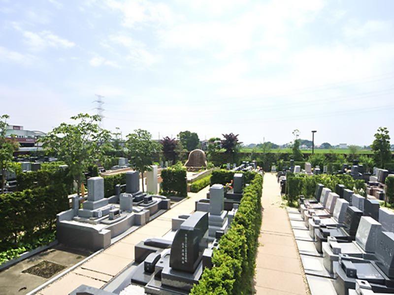 鴻巣霊園 様々な種類が混在する墓石