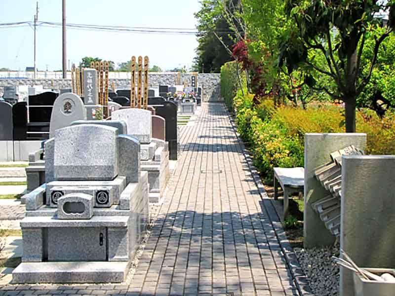 久喜聖地公苑 休憩ベンチや水汲み場も完備