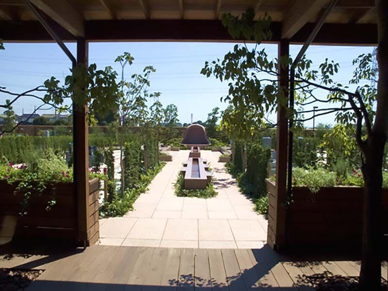 鴻巣霊園 休憩室から参道へはフラット構造