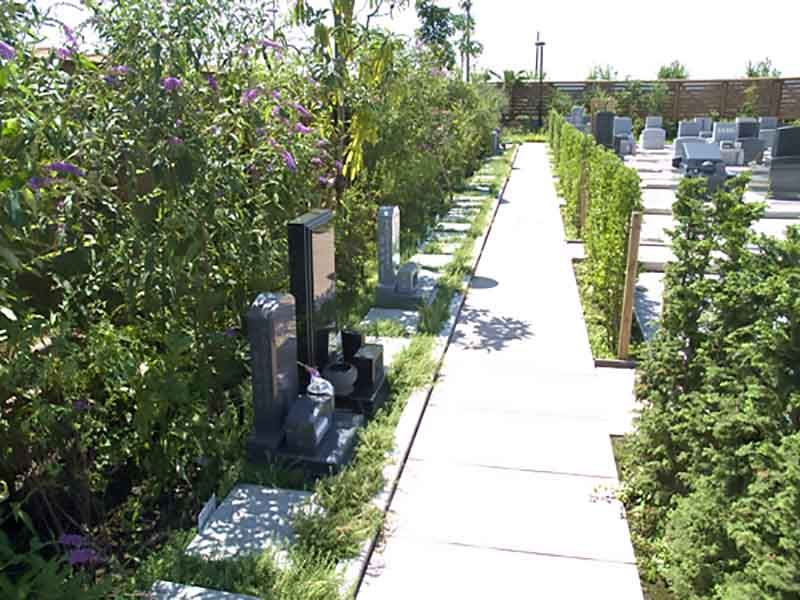 鴻巣霊園 園内の参道はバリアフリー