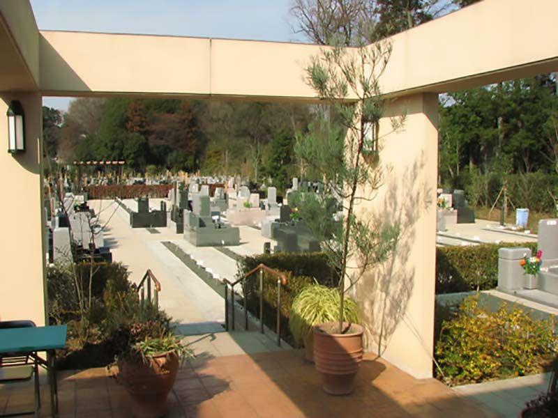川口フォーシーズンメモリアル 手入れの行き届いた植栽のある墓域