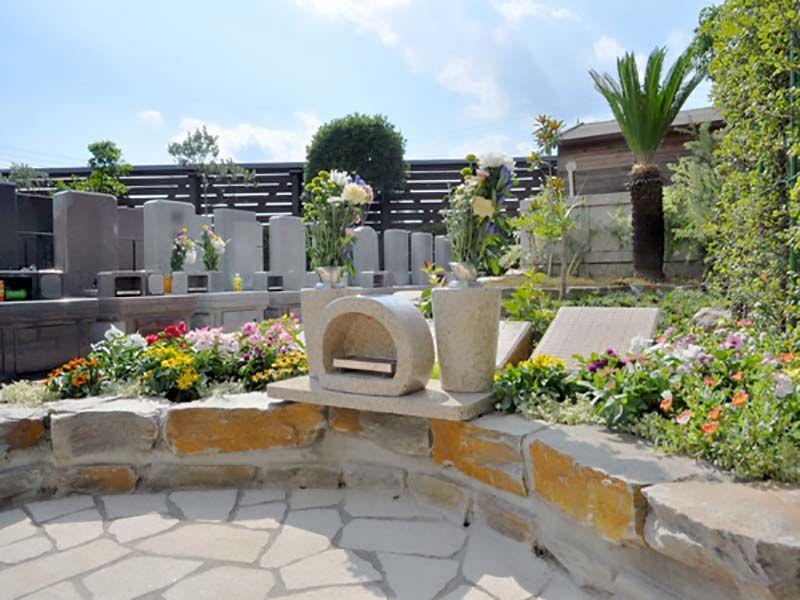 鴻巣霊園 樹木葬エリアと隣接する墓石