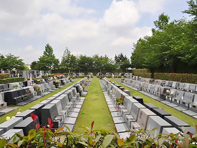 一直線に並べられた上尾霊園の洋型墓石