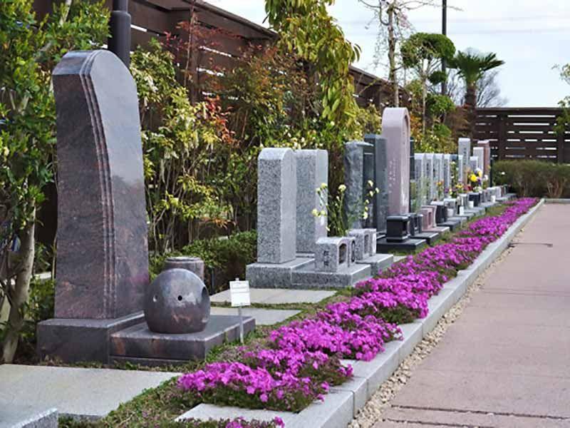 鴻巣霊園 花が添えられた参道
