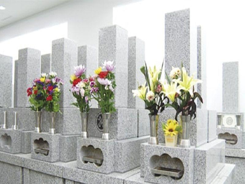 尼将軍 南の丘霊堂 墓前に供えられた花