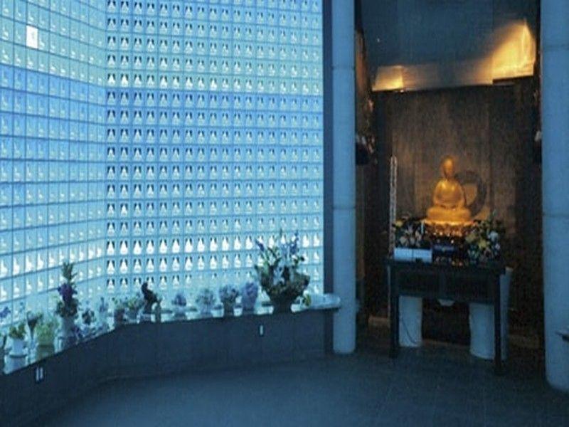 新宿琉璃殿(東京牛込琉璃殿) ガラスの仏像が並ぶ幻想的な内観