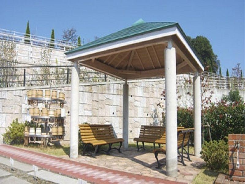 サンメモリアル東京 休憩ができる屋根付きのベンチ