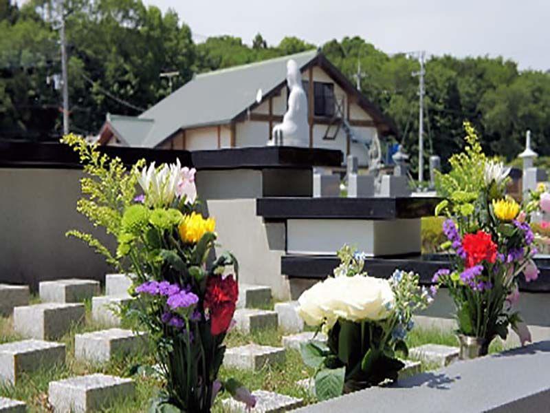 船橋メルヘンパーク 樹木葬墓地「こころの樹」 供えられた花々