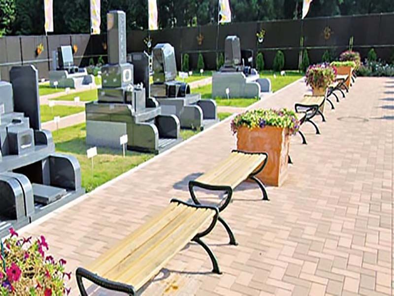 メモリアルスクエア運河 参道に置かれたベンチとフラワーポット