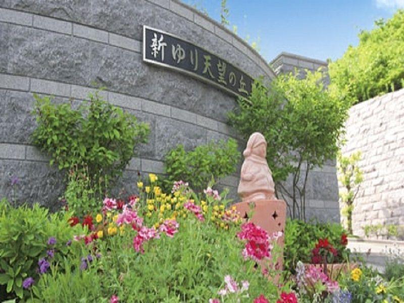新ゆり天望の丘墓苑 季節の花が咲く墓苑入り口