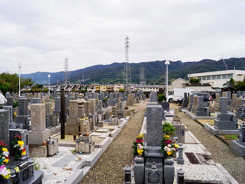 八尾市柏原市火葬場組合 二俣墓地 花が添えられた墓石