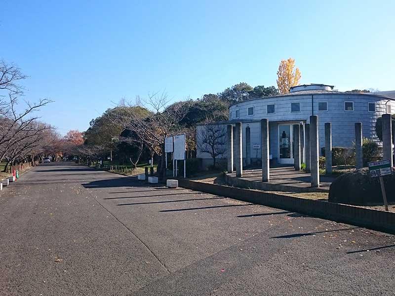 岸和田市墓苑(流木墓苑) 円形の管理棟
