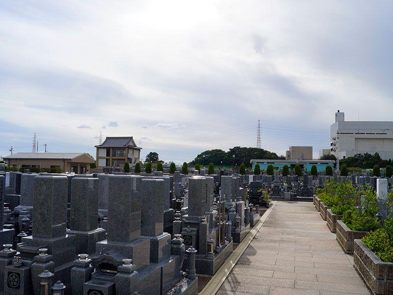 北大阪霊園 バリアフリー設計の参道
