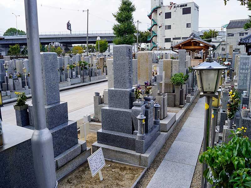 八尾市立 久宝寺墓地 手入れされている墓地