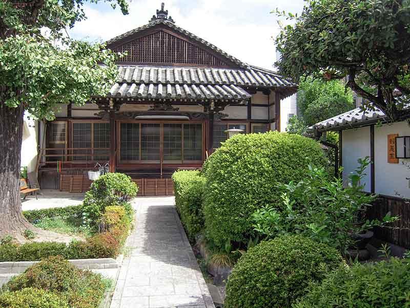 恩楽寺霊苑 緑豊かな参道