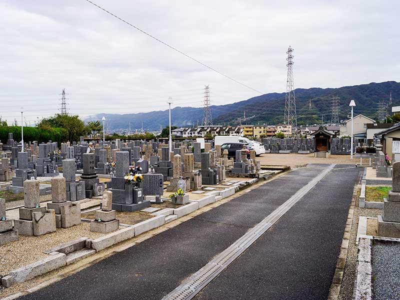 八尾市柏原市火葬場組合 二俣墓地 参道はバリアフリー設計