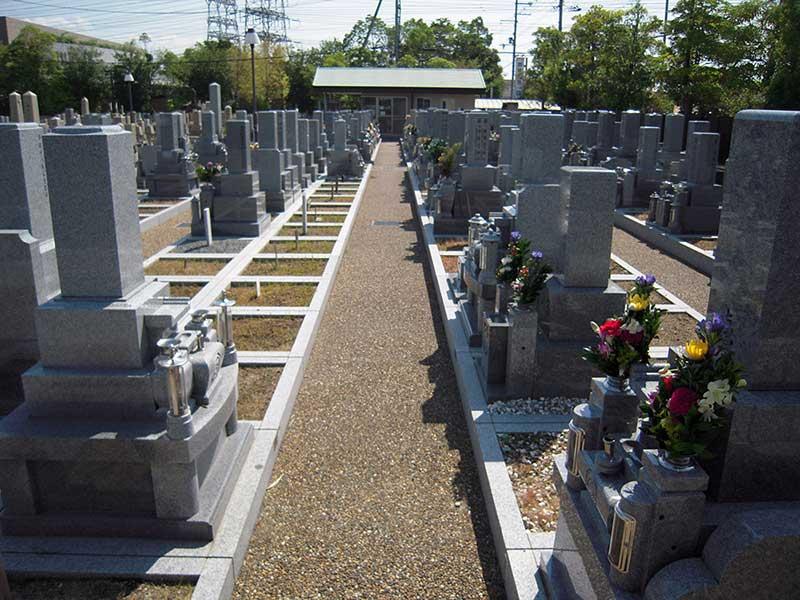 八尾市立 龍華墓地 水はけのよい参道