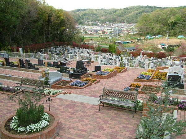 湘南メモリアルガーデン 緑や花のそばに設けられたベンチ