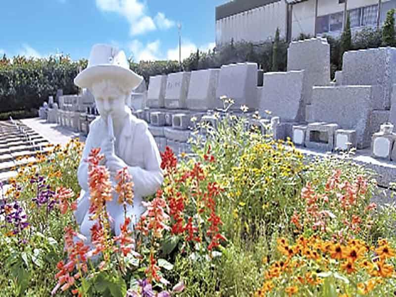 相模ふれあいの杜 田名聖地霊園 花々に囲まれた西洋風の彫刻