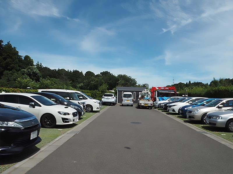 環境霊園 横浜みどりの森 広い芝生の駐車場