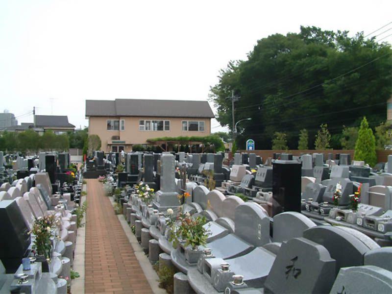 メモリアルガーデン東久留米 様々な種類の墓石が並ぶ墓域