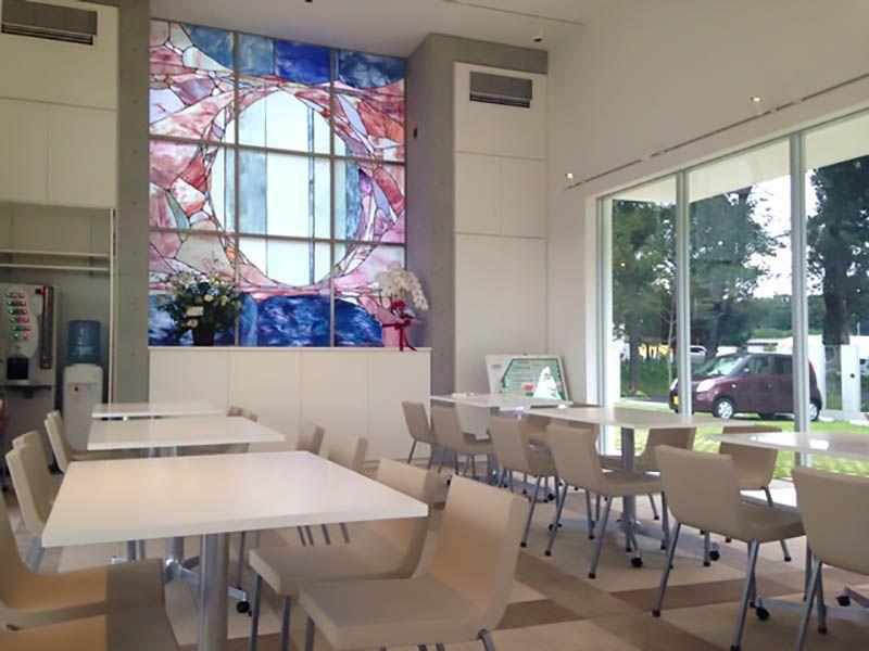 鶴ヶ島さくら並木霊園セントソフィア 大きなステンドグラスのある休憩スペース