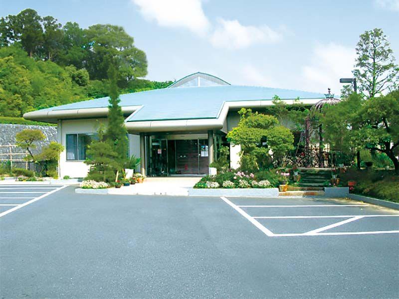 緑山メモリアルパーク バリアフリー設計の管理棟