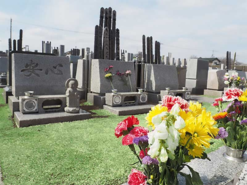 川越山城霊園 芝生に建立する墓石の様子