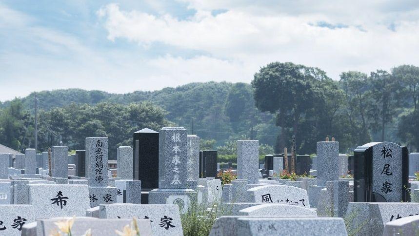 墓石がたくさん並ぶ墓地