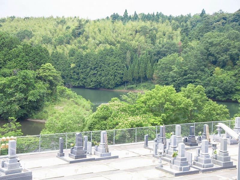 メモリー東出雲墓苑と池