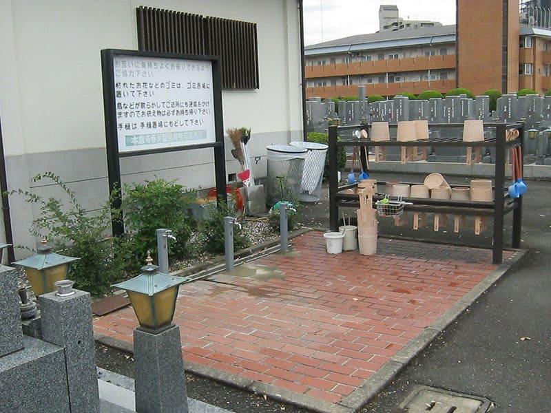 本厳寺霊苑の水場